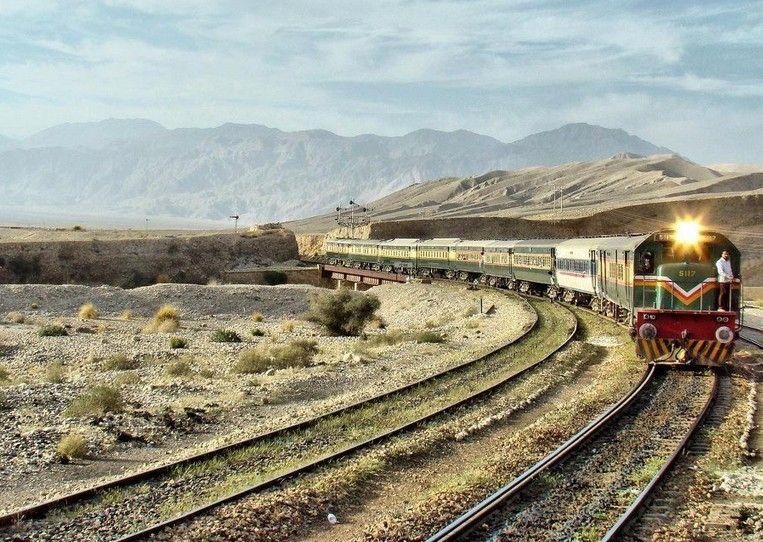 مستونگ: ریلوے کراسنگ پر ٹرالر مال گاڑی کی زد میں آگیا
