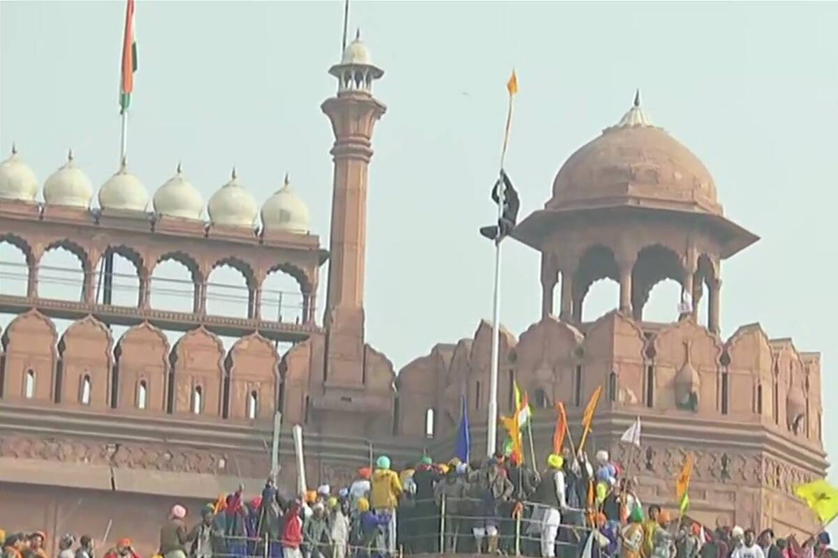 بھارتی کسانوں نے لال قلعہ فتح کرلیا،ترنگا گرا کراپناجھنڈا لہرادیا، ایک کسان ہلاک