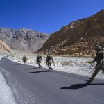 بھارت کی بھاری جانی نقصان کے بعد پسپائی... مشرقی لداخ میں فنگر فور چین کے حوالے کر دیا